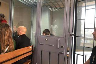На суді підозрюваний у вбивстві Діани Хріненко не піднімає голови