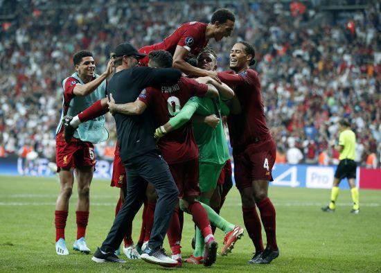 Клопп божевільно відреагував на перемогу у Суперкубку УЄФА, а Мане подарував футболку болбою