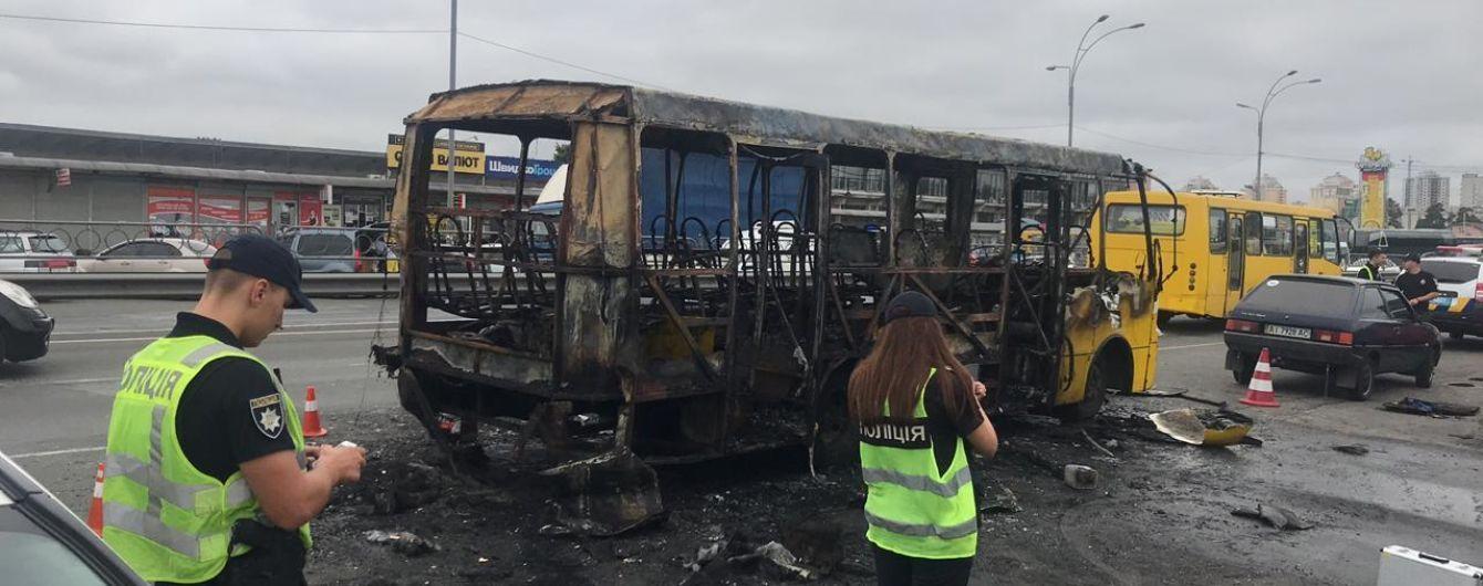 """У столиці підпалили маршрутку """"Київ-Бровари"""". Це вже другий випадок за місяць на цьому напрямку"""