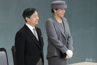 У костюмі асфальтового кольору і з перловими прикрасами: імператриця Японії Масако на поминальній службі