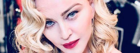 Раскрепощенная Мадонна в кружевном лифчике засветила соски
