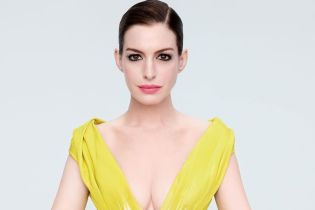 В желтом платье с глубоким декольте: Энн Хэтэуэй поделилась кадрами из нового фотосета