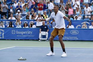Австралийский теннисист сломал две ракетки и плюнул в сторону судьи после проигранного матча