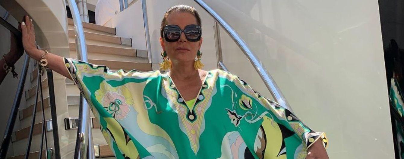 Выглядит роскошно: Крис Дженнер в ярком платье-тунике устроила фотосессию