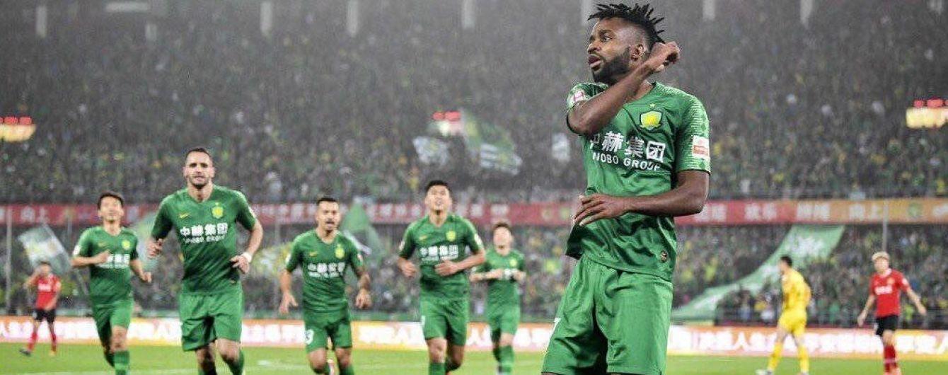 Футболист китайского клуба защитил чужие ворота, когда валялся на газоне