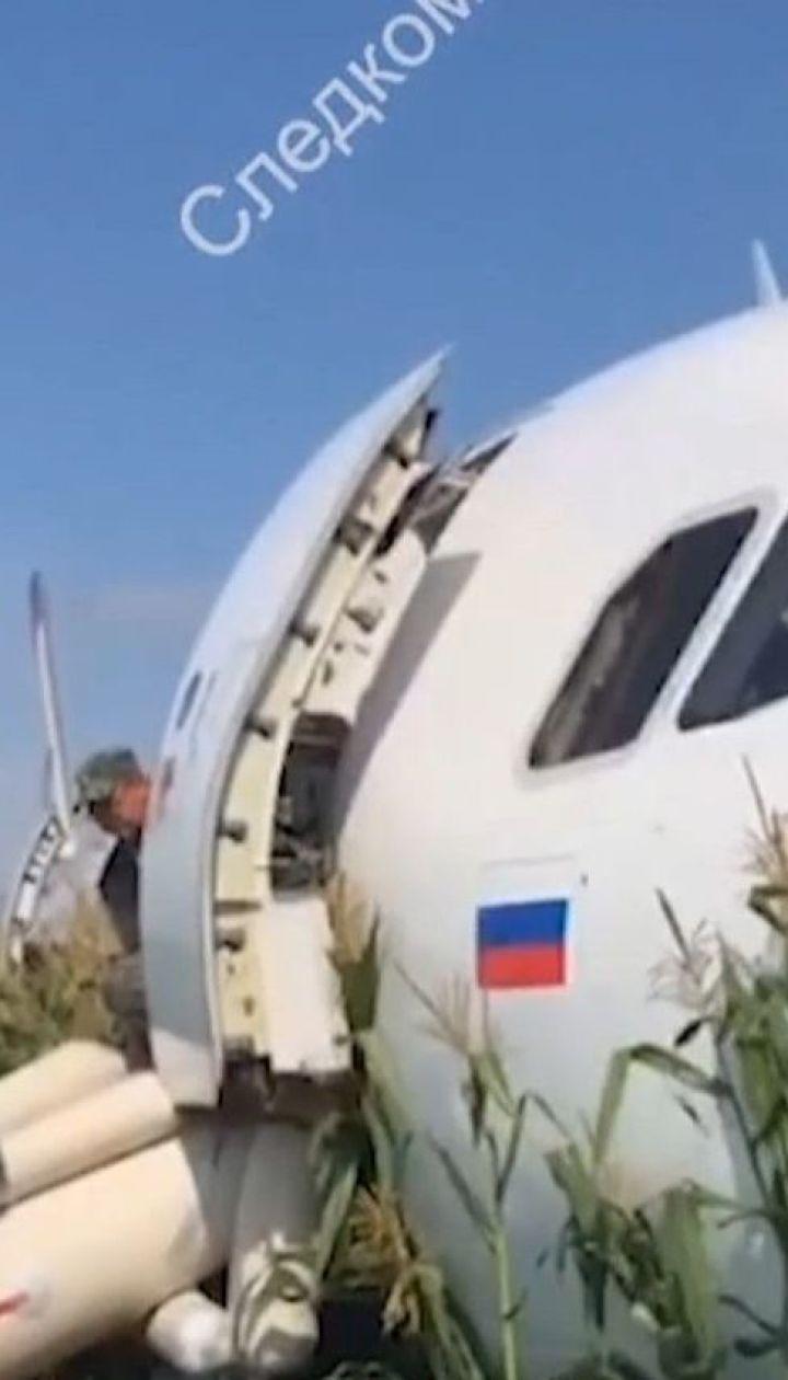 Российский пассажирский самолет по дороге в Крым вынужденно приземлился в кукурузном поле
