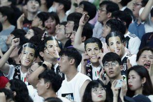 Південнокорейський фанат пролетів пів світу, щоб поставити Роналду незручне запитання