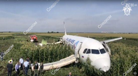 """Путін нагородив пілотів літака """"Москва-Сімферополь"""", який здійснив аварійне приземлення. """"Миротворець"""" вніс їх у базу"""