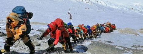Піднятися на Еверест стане складніше і дорожче: нові правила підкорення Джомолунгми