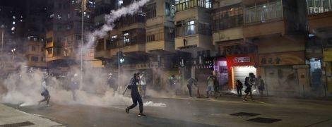 В Гонконге придумали новую тактику протеста: люди опустошают банкоматы и переводят деньги в доллары