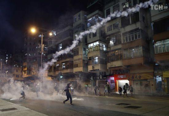У Гонконзі придумали нову тактику протесту: люди спустошують банкомати і переводять гроші в долари