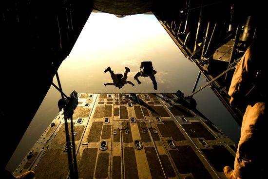 У Канаді жінка дивом вижила після падіння з висоти 1,5 тисячі метрів: не розкрився парашут