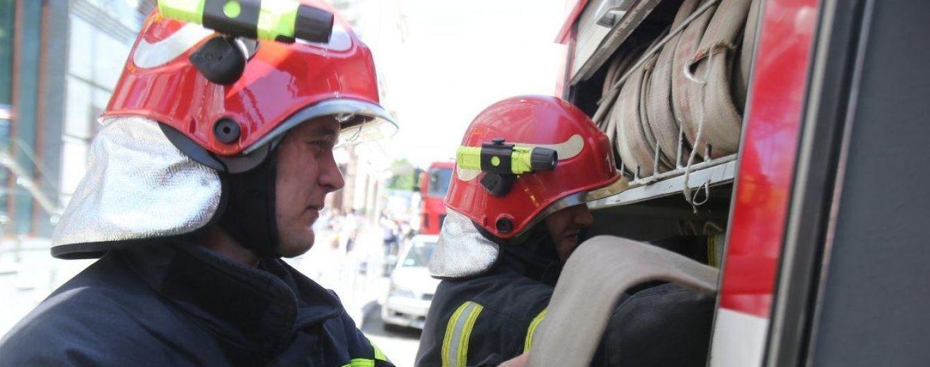 В Киевской области на трассе перевернулся бензовоз