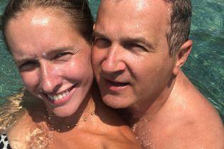 Без макияжа и в объятиях мужа: Катя Осадчая нежилась в море