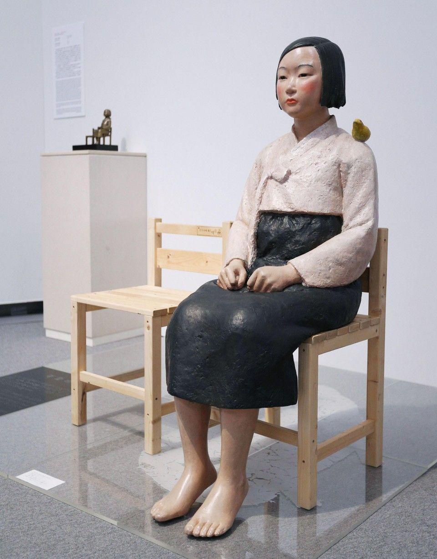 "скульптура ""Жінка для задоволення"", Корея Kim Seo-kyung and Kim Eun-sung, Statue of a Girl of Peace, 2011"