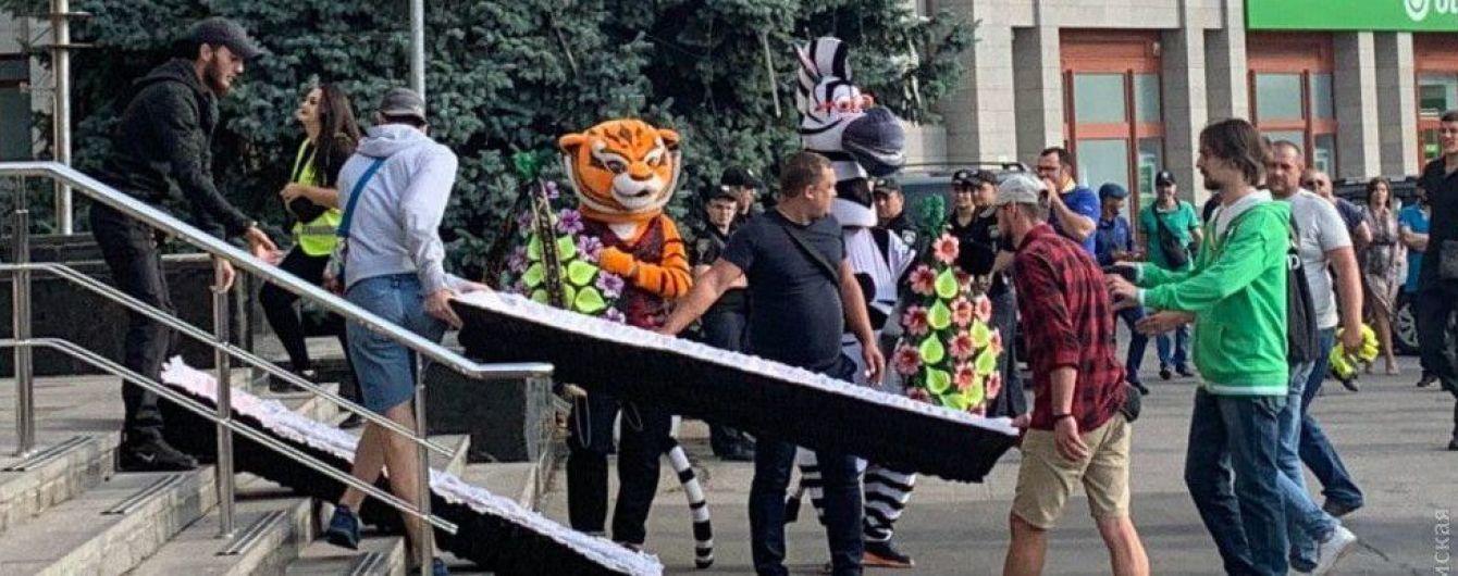 Бійка депутатів та труна під дверима. В Одесі зі скандалу розпочалося засідання облради