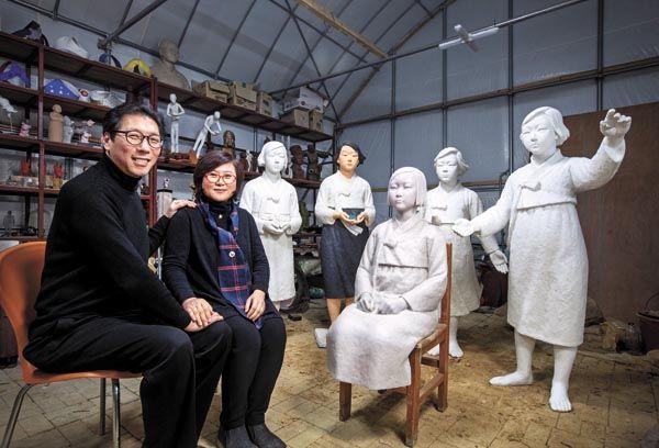 """Скульптори   """"Жінка для задоволення"""" Kim Eun-sung та Kim Seo-kyung"""