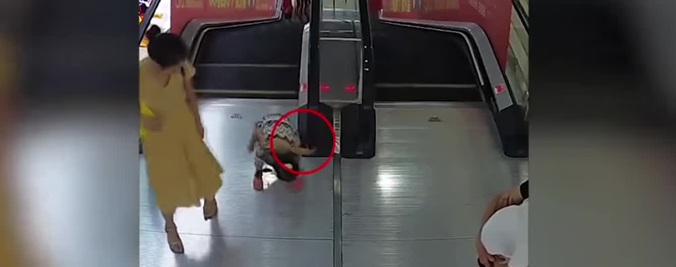 В Китае камеры сняли, как девочку затянуло в механизм эскалатора