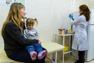 В поликлиниках нет ажиотажа из-за обязательной вакцинации, а в школах даже говорят о незаконности решения