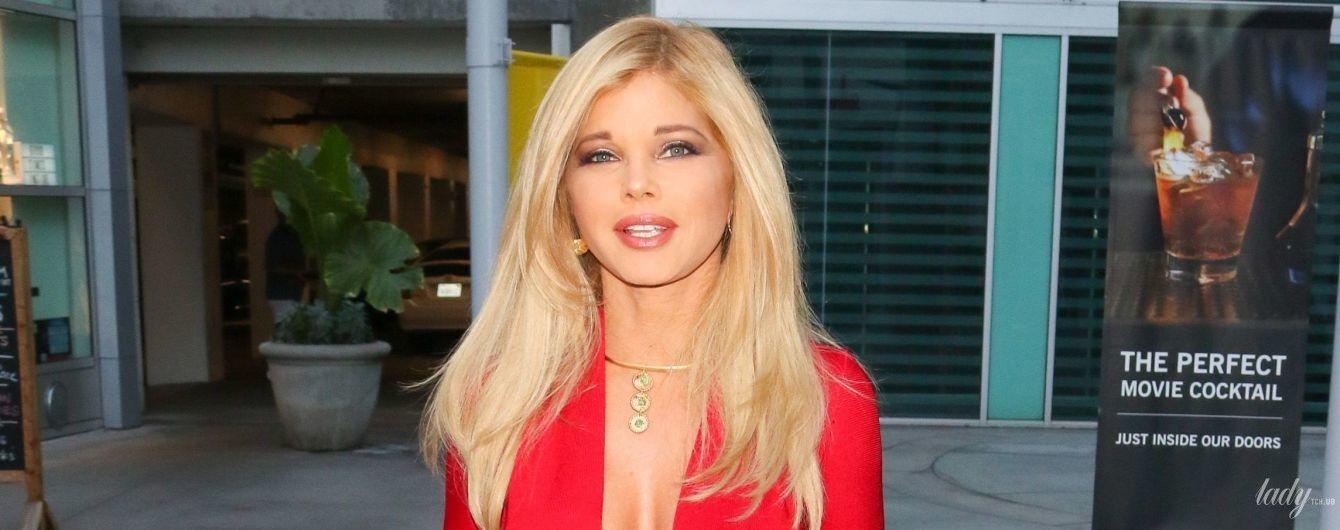 """Она идеальная: 51-летняя звезда """"Спасателей Малибу"""" в красном платье продемонстрировала стройную фигуру"""