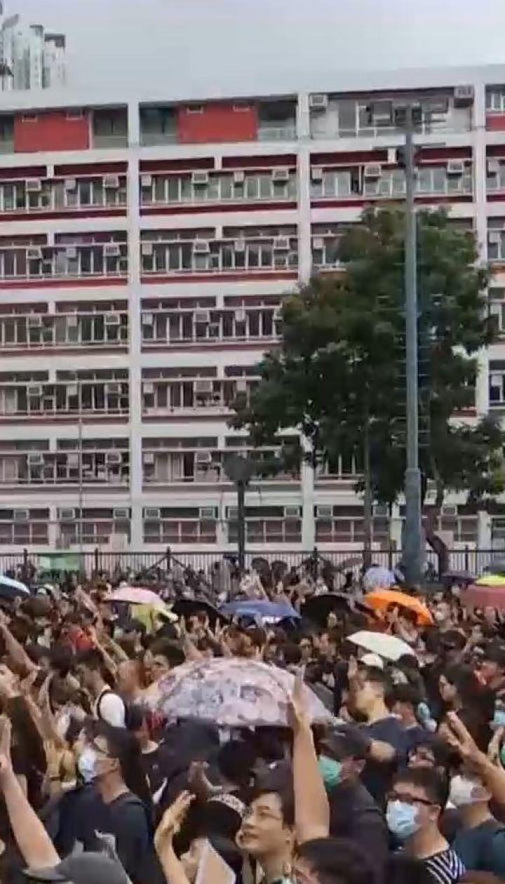 Протести у Гонконгу: на вулиці міста вийшли тисячі викладачів, аби підтримати студентів