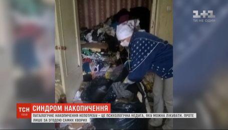 Синдром Плюшкіна: 89-річна жінка через сміття у власній квартирі вже кілька тижнів живе на вулиці