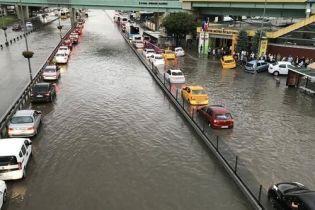 Мощный ливень в Стамбуле унес жизнь одного человека