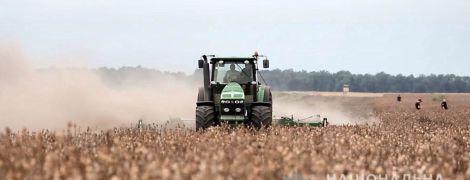 На Полтавщине перепахивают 240 гектаров наркосодержащего мака - самого масштабного незаконного посева за все года
