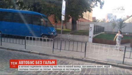 Во Львове автобус чуть не переехал пешеходов из-за отказа тормозов