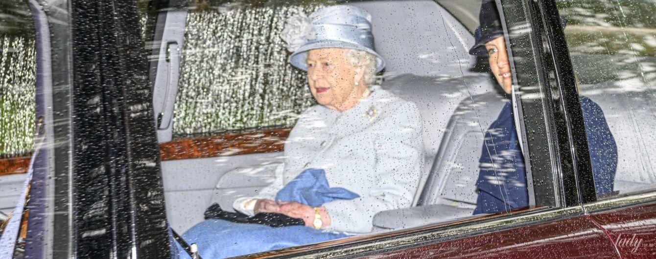 В красивом голубом пальто: эффектная королева Елизавета II съездила на службу