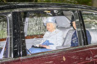 У красивому блакитному пальті: ефектна королева Єлизавета II з'їздила на службу