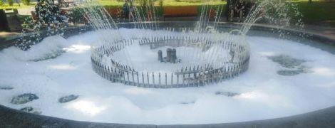 У Києві на Подолі фонтан вкрився піною