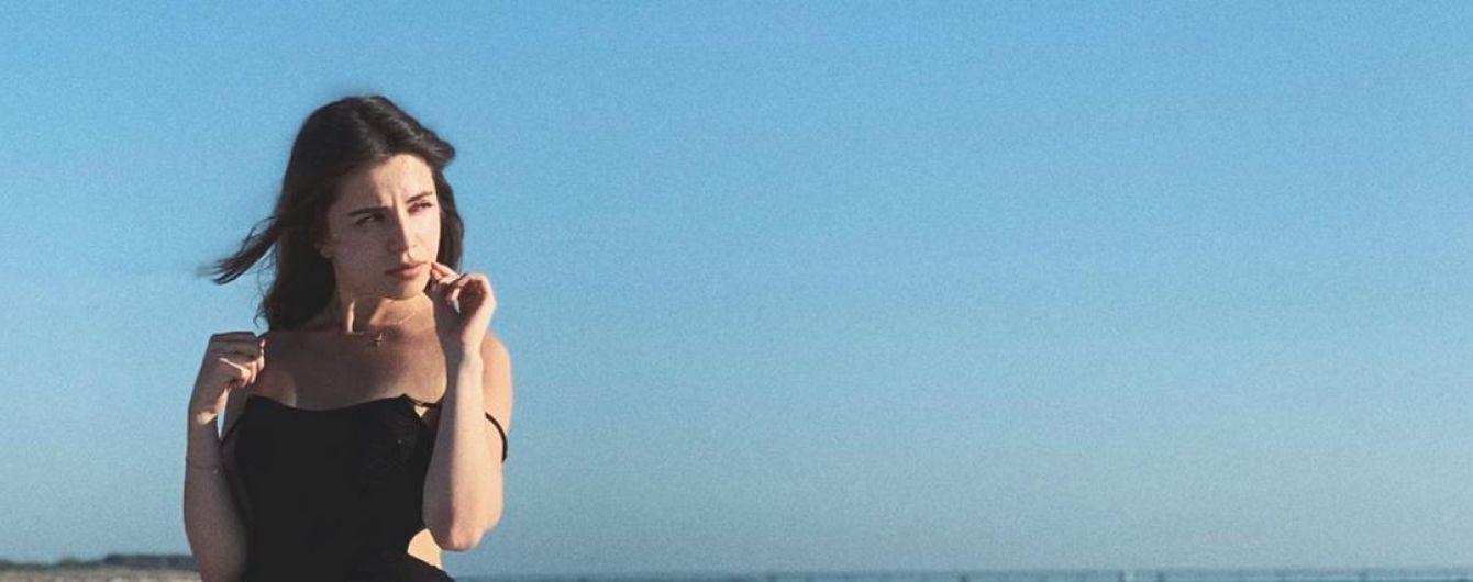 Мечтательная Христина Соловий в купальнике прогулялась по побережью
