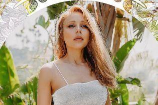 Подчеркнула сексуальную фигуру серебристым купальником: эффектный образ Тины Кароль