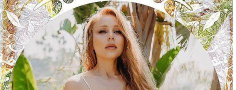 Підкреслила сексуальну фігуру сріблястим купальником: ефектний образ Тіни Кароль