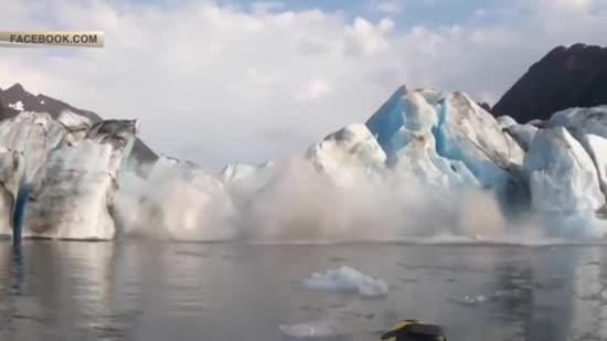 На Алясці шковані каякери зафільмували обвал льодовика, через який ледь не потонули