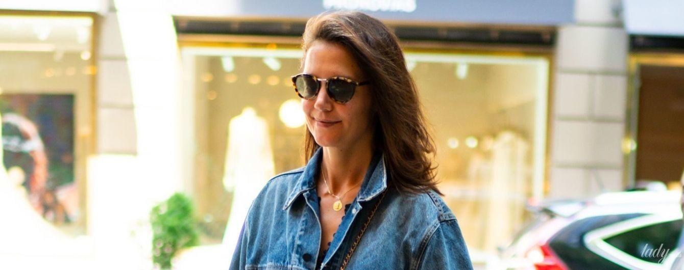 В полосатом платье и джинсовке: Кэти Холмс на улицах Нью-Йорка