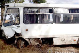 На Черкасчине легковушка лоб в лоб протаранила рейсовый автобус: погибли трое людей