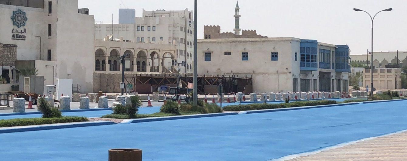 У Катарі дорогу пофарбували у синій колір, щоб подовжити термін її служби