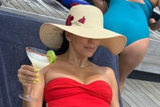 В красном купальнике и с коктейлем: Ева Лонгория показала, как провела уикенд