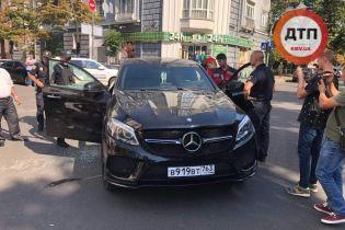 Пьяный водитель Mercedes на российских номерах заснул на перекрестке в Киеве