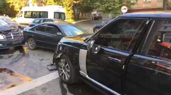 У центрі Києва джип влетів у натовп пішоходів, є постраждалі