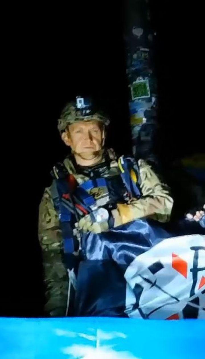 Ветераны войны совершили ночной парашютный прыжок на Говерлу