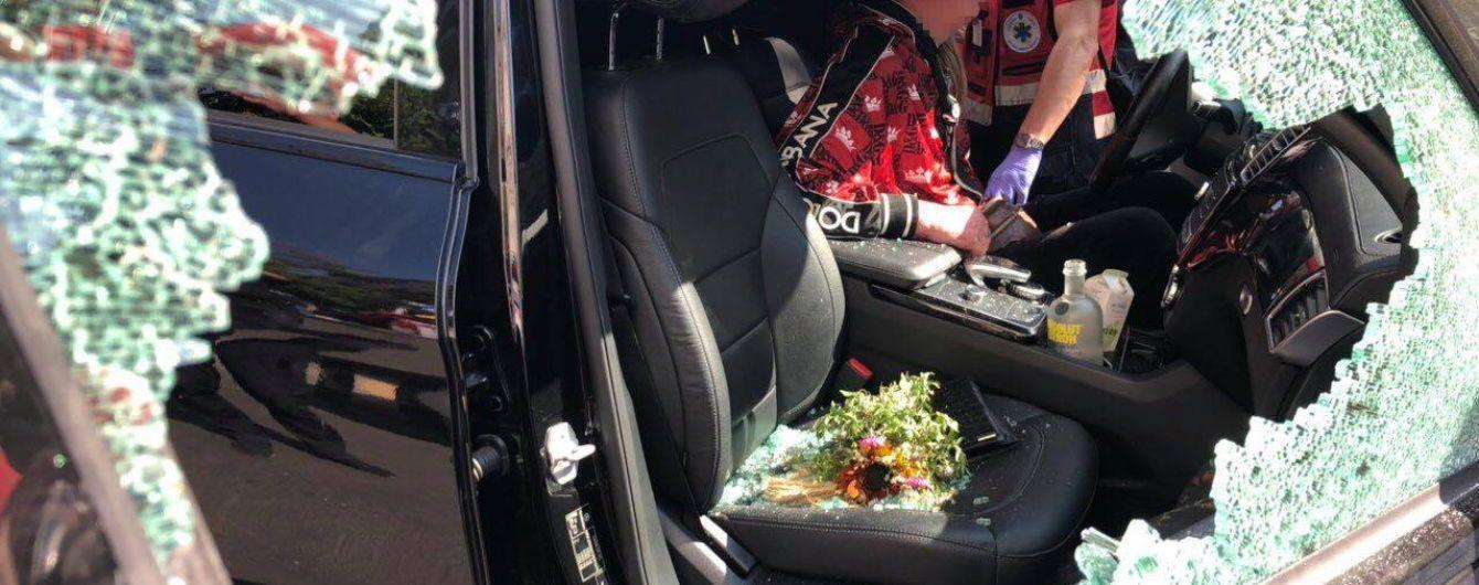 В центре Киева медикам пришлось спасать мужчину без сознания из закрытой машины