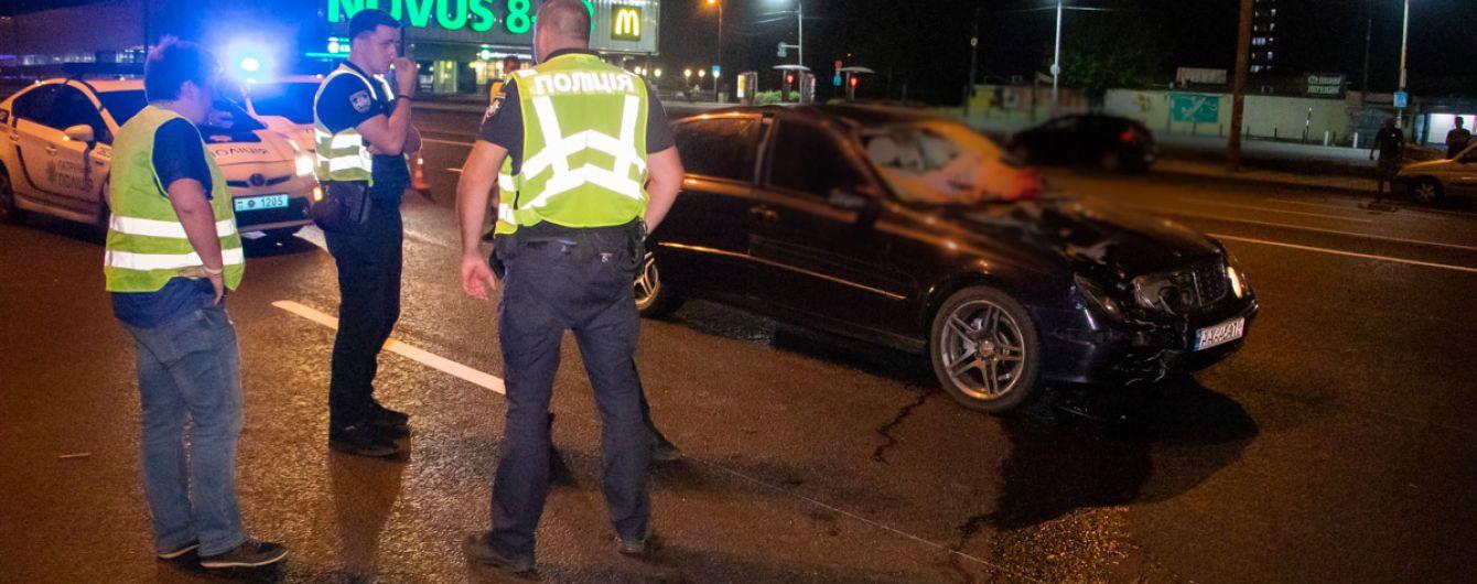 В Киеве водитель сбил девушку на переходе и скрылся с места трагедии