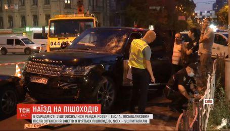 Внедорожник влетел в пешеходов в результате столкновения с Tesla в Киеве