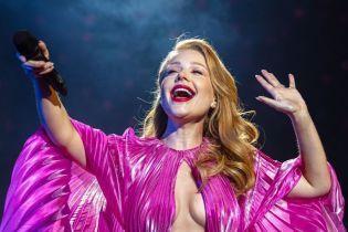 Тина Кароль засветила почти обнаженную грудь в откровенном платье