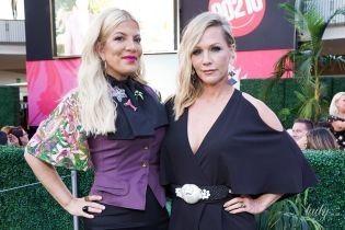 """Спеллинг в леопардовых туфлях, а Гарт - комбинезоне с вырезами: звездные леди посетили выставку костюмов сериала """"Беверли-Хиллз 90210"""""""