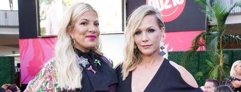 """Спеллінг в леопардових туфлях, а Гарт - у комбінезоні з вирізами: зіркові леді відвідали виставку костюмів серіалу """"Беверлі-Гіллз 90210"""""""