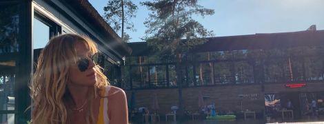 В полосатом купальнике в бассейне: Леся Никитюк похвасталась стройной фигурой